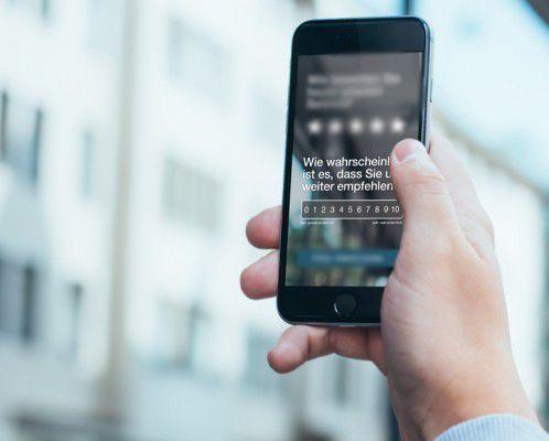 Smartphone stellt Frage zum Net Promoter Score