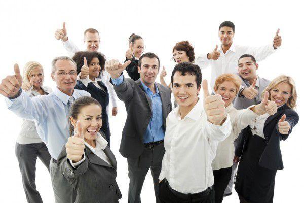 Zufriedene Mitarbeiter mit einer Mitarbeiterbefragung